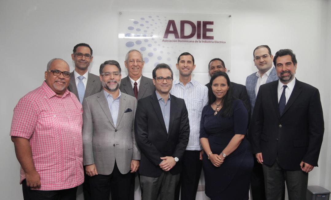 ADIE presenta a economistas informe sobre desempeño del sector eléctrico.
